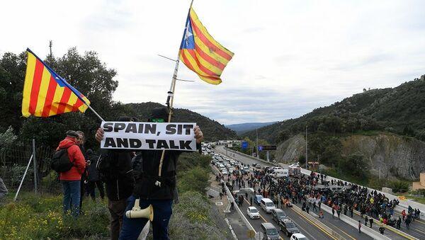 Katalonya'daki bağımsızlık girişimleriyle ilgili asla müzakere masasına oturmayacağını açıklayan İspanya'daki merkezi hükümete atfen, bazı eylemcilerin ellerinde İspanya, otur ve konuş yazılı pankartlar taşıdığı görüldü. - Sputnik Türkiye