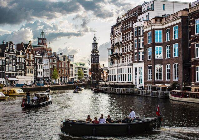 7. Hollanda  Hollanda, gezilecek yerler konusunda Avrupa'nın en çok çeşitliliğe sahip ülkelerinden birisidir. Dünyaca su ünlü kanalları, müzeleri ve eğlence merkezleri ile Hollanda her tarzdan gezgine hitap edecek bir çok alternatife sahip.  Düzenli şehir mimarisi, dört bir yanı saran kanalları, bisiklet yolları ve dingin atmosferiyle büyüleyici bir görünüm sunan başkenti Amsterdam, hoşgörünün hakim olduğu eşitlikçi yapısı nedeniyle özgürlükler şehri olarak da anılıyor.