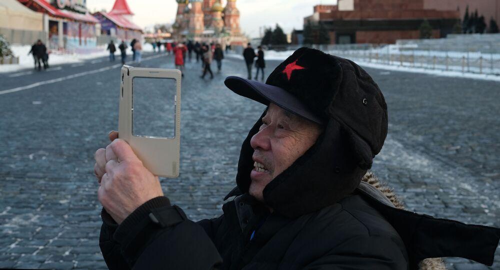 Moskova  Fotoğrafta: Başkent Moskova'nın kalbinin attığı Kızıl Meydan'da fotoğraf çeken turist.