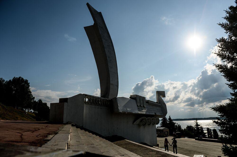 Samara  Fotoğrafta: Samara'nın sahilinde yer alan ve kentin kurulmasının 400. yıldönümünde dikilen anıt.