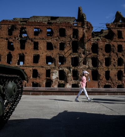 Volgograd  Fotoğrafta. 2. Dünya Savaşı döneminde Sovyet askerlerinin Nazi Almanyası'na karşı verdiği mücadeleye sahne olan Volgograd'da  (eski adıyla Stalingrad) Stalingrad savaşında yıkılan  ve savaşın dehşetini hatırlatması amacıyla olduğu gibi bırakılan Gerhardt Değirmeni.