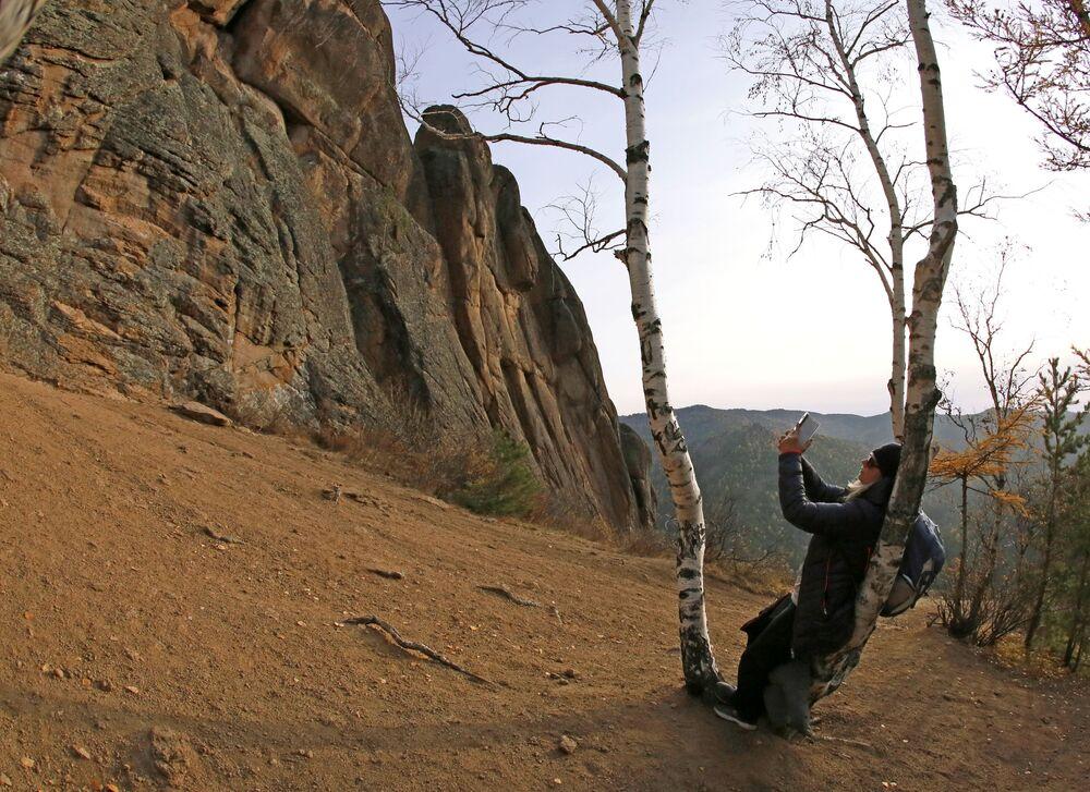 Krasnoyarsk Fotoğrafta: Krasnoyarsk bölgesinde bulunan Stolby Milli  Doğa Parkı'nda selfie çeken kadın.