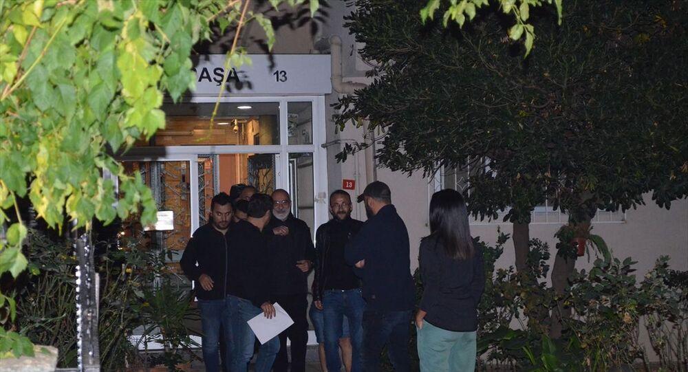 FETÖ darbe çağrışımı davasında tahliye edilen ve hakkında yakalama kararı çıkarılan Ahmet Altan, İstanbul Göztepe'deki evinde gözaltına alındı