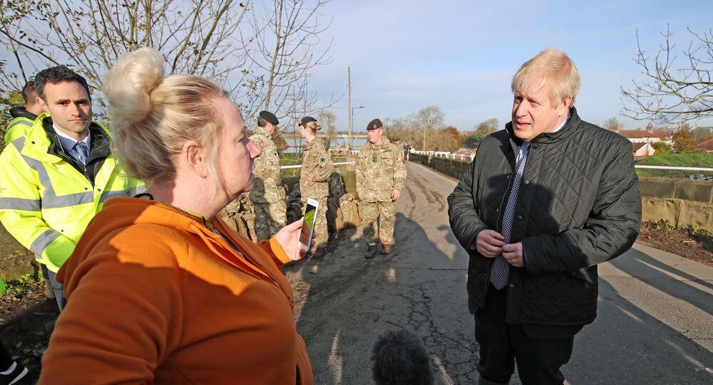 İngiltere Başbakanı Boris Johnson, selden etkilenenülkenin kuzeyini felaketten beş gün sonra ziyaret etmesi nedeniyle bölge halkı tarafından tepkiyle karşılandı.