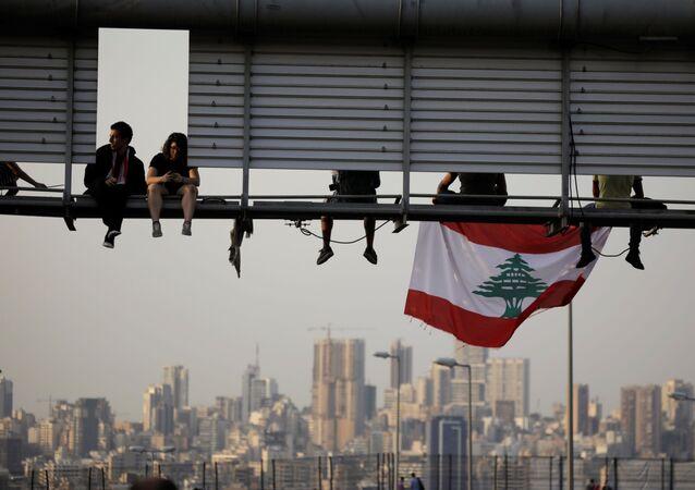 Lübnan'da yol kapatan göstericiler