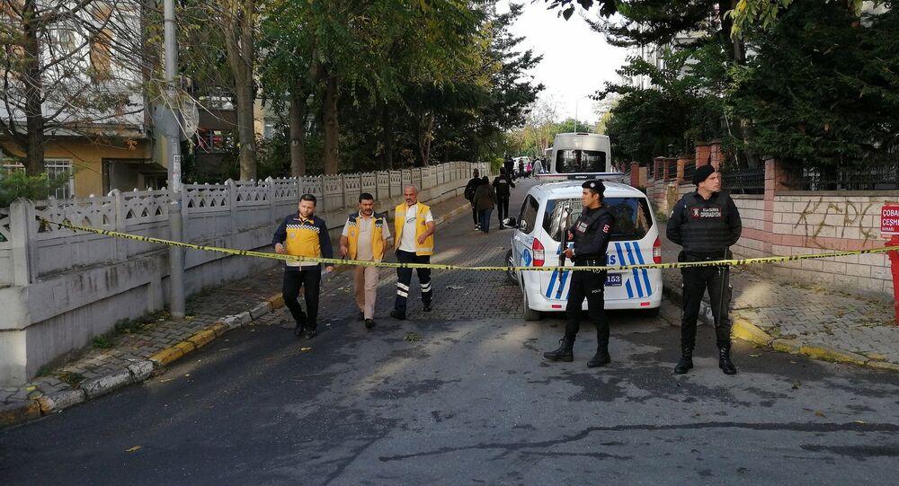 Bakırköy Osmaniye'de bir dairede ölü bulunan 1'i çocuk 3 kişinin cesetleri incelenmek üzere Adli Tıp Kurumuna kaldırıldı. Kaymakamlıktan 'Ekip tarafından yapılan ölçümlerde olay yerindeki kokunun siyanür olduğu tespit edilmiştir' açıklaması geldi.