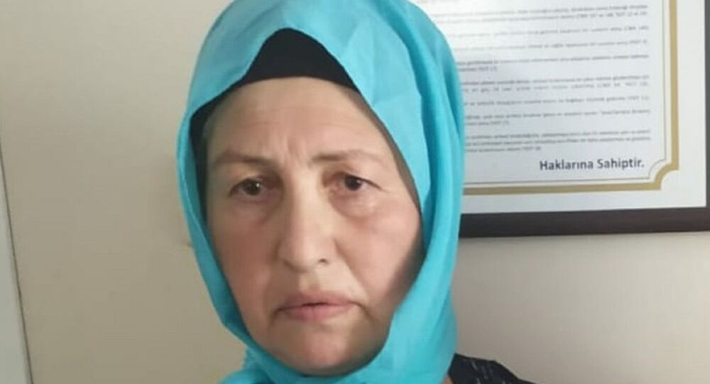 Bursa'da 12 ayrı hırsızlık suçundan aranan, kilitli kapıları pet şişe ile açarak hırsızlık yaptığı için 'Pet şişe Refiye' lakabıyla aranan Refiye Aksu, yakalanıp, tutuklandı.