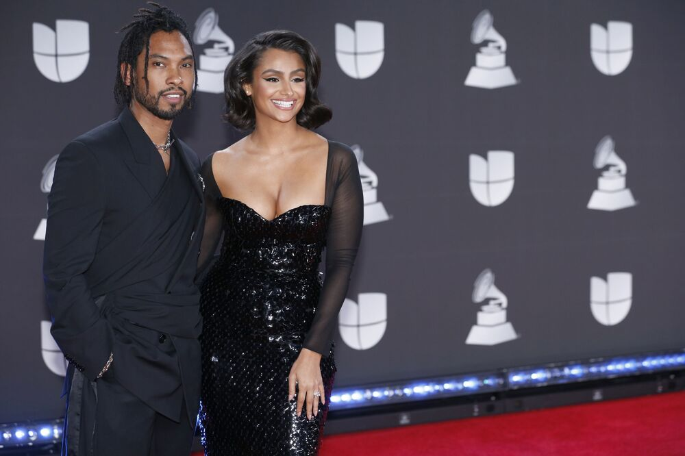 Latin Grammy Ödülleri Töreni katılımcılarından şarkıcı Miguel ile oyuncu Nazanin Mandi