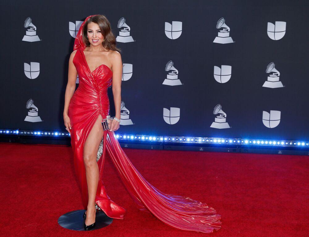 Meksikalı şarkıcı Thalia, törenin kırmızı halısında poz verirken