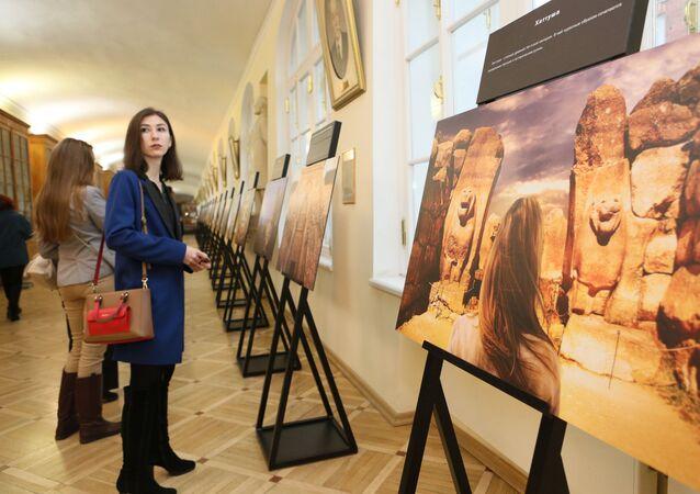 'Göbeklitepe' isimli sergide, dünyanın bilinen en eski kült yapılar topluluğu olan bu yapıdaki kazılar sırasında çekilen anıt fotoğrafları sergileniyor.