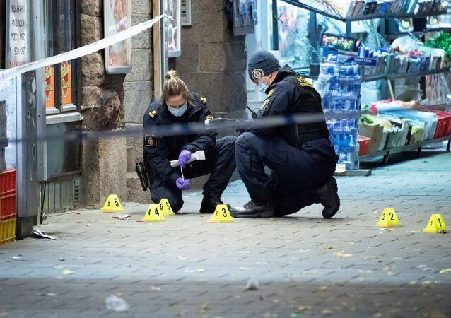 İsveç'in Malmö kentinin merkezindeki bir pizzacının önünde 15 yaşında bir genci öldüren, diğerini yaralayan silahlı saldırıyla ilgili polisin olay yeri araştırması