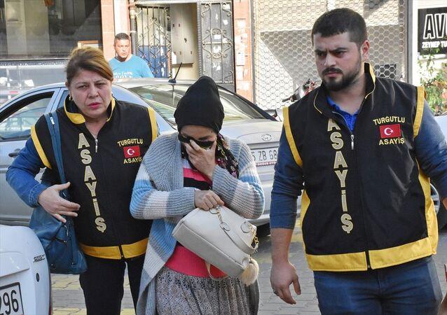 Manisa'nın Turgutlu ilçesinde, doğurduğu bebeği sokağa bırakarak ölümüne neden olduğu suçlamasıyla gözaltına alınan kadın tutuklandı.
