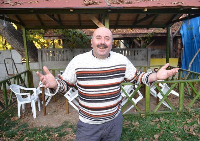 Bolu'nun Mengen ilçesinde Serdar Uğur, iddiaya girdiği arkadaşının patronu Ercan Kurt (39) için belediye hoparlöründen cenaze ilanı verdirdi