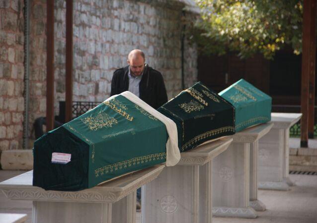 Bakırköy'de evde ölü bulunan 3 kişi son yolculuklarına uğurlandı