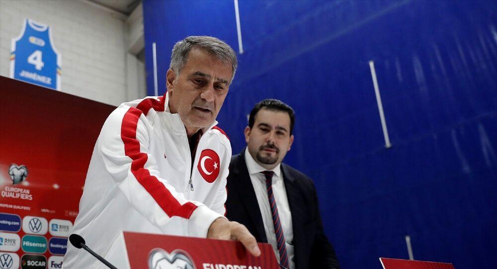 2020 Avrupa Futbol Şampiyonası Elemeleri H Grubu'nda Andorra ile Türkiye arasında oynanacak karşılaşma öncesinde, milli takım teknik direktörü Şenol Güneş (solda) ve takım futbolcusu Enes Ünal maçın oynanacağı başkent Andorra la Vella'daki Ulusal Stadyum'da basın toplantısı düzenledi.