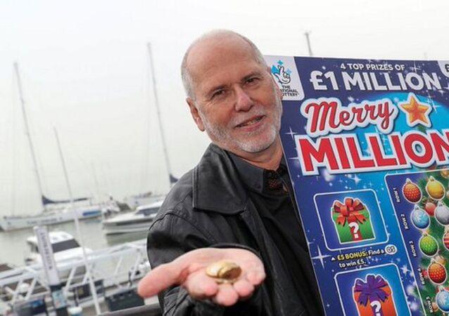 İngiltere'de yaşayan Kevin Francis'in hasta eşini eğlendirmeye çalışarak satın aldığı 'kazı kazan' kartlarından 1 milyon sterlinlik ikramiye kazandığı öğrenildi.