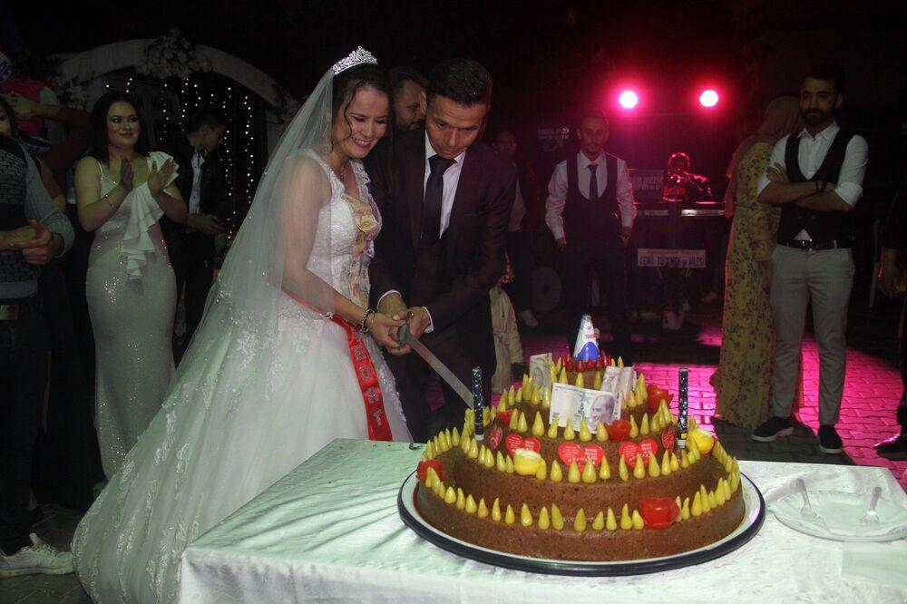 Gelin ve damat bir süre davetlilerle oynadıktan sonra pasta kesim merasimine geçildi. Düğün alanına pasta yerine, pasta şekli verilerek acı biberlerle süslenmiş çiğ köfte getirildi.
