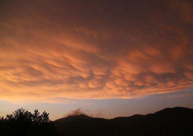 TÜRKİYE'DE ENDER GÖRÜLEN MEMELİ BULUTLAR HATAY'DA GÖRÜNTÜLENDİ (AHMET SEHER/HATAY-İHA) Türkiye'de ender olarak görünen memeli bulutlar kümesi Hatay'da görüntülendi.