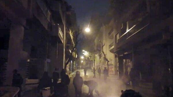 Yunanistan'da 1973'te 'Albaylar Cuntasına' karşı yapılan 17 Kasım öğrenci direnişinin yıldönümü protesto gösterileriyle anıldı. - Sputnik Türkiye