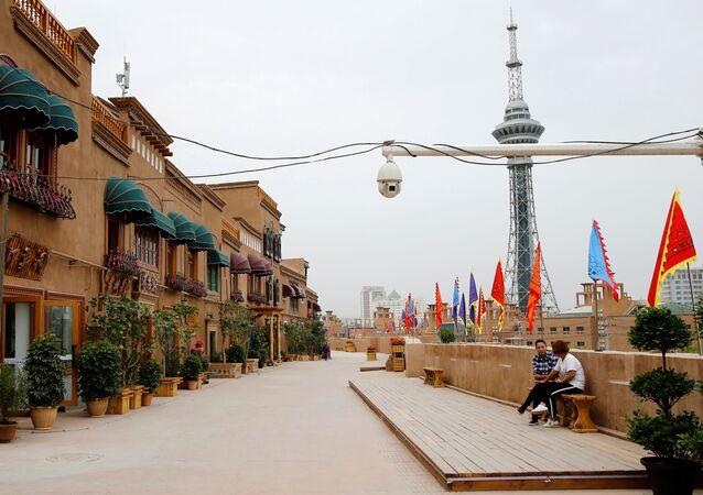 Çin, Sincan Uygur Özerk Bölgesi, Kaşgar, eski kent, sokağın ortasına asılı dev güvenlik kamerası manzarasıyla