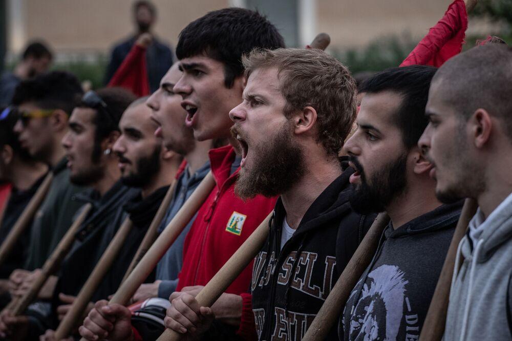 Atina'da NATO ve ABD'yi kınayan sloganlar atan protestocular.