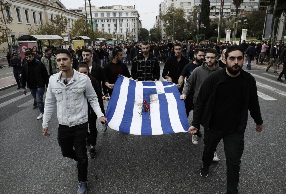 Başkent Atina'da geleneksel olarak öğrenci direnişinin sembolü olan Atina Teknik Üniversitesi'nden (Politehnio) ABD'nin Atina Büyükelçiliği'ne yürüyen göstericiler.