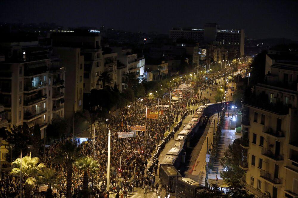 Yunanistan'da 17 Kasım Öğrenci Direnişi'nin 46. yıl dönümünde yaklaşık 10 bin kişi, ABD'nin Atina Büyükelçiliğine yürüdü.