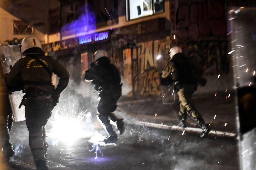 Polis kalabalığı dağıtmak için göz yaşartıcı gaz ve flaş bombaları kullandı.