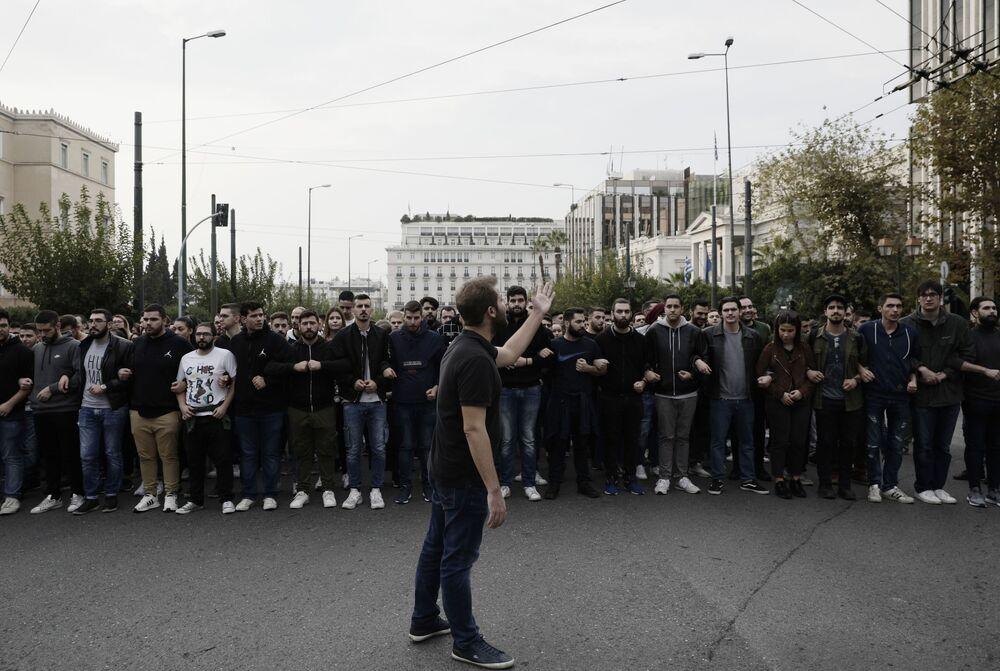 Gündüz saatlerinde barışçıl başlayan protesto kapsamında Atina Politeknik Üniversitesi öğrencilerinin de aralarında bulunduğu yaklaşık 10 bin kişi ABD'nin Atina Büyükelçiliğine yürüdü.