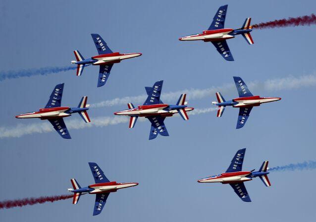 Dubai Havacılık Forumu kapsamında düzenlenen Fransız hava akrobasi ekibi Patrouille de France'nin gösterisinden bir kare.