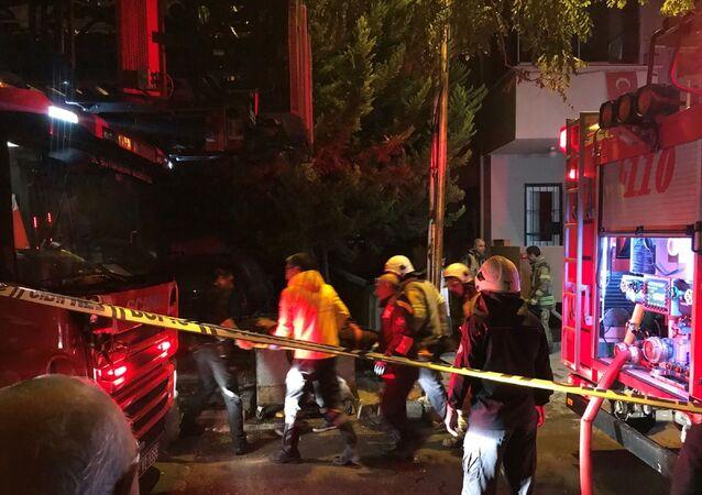 İstanbul Kartal'da 6 katlı binanın bodrum katında bulunan mobilya atölyesinde çıkan yangında 2 kişi hayatını kaybetti.