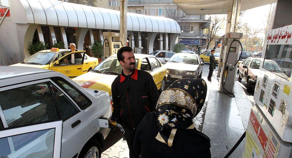 İran'da bir benzin istasyonu