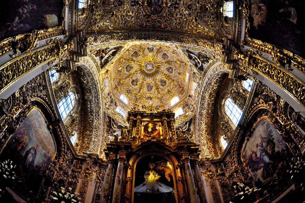 Tarihi ve doğal güzellikleriyle dikkat çeken Meksika'nın Puebla şehri renkli binalar ve şirin caddelerle dolu. Ayrıca kentte çok sayıda tarihi ve göz alıcı kilise yer alıyor.  Fotoğrafta: Puebla'daki katolik Capilla del Rosario Kilisesi'nin iç görünümü.