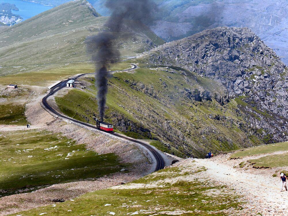 Harikulade manzaralarla dolu bir kültür ve doğa gezisi yaşamak isteyen turistlere rotalarını  'Kırmızı Ejderha diyarı' olarak da adlandırılan Galler'e çevirmeleri tavsiye ediliyor.  Birleşik Krallık'a bağlı dört ülkeden biri olan Galler'in kuzeyinde İskoçya, batısında ise İrlanda Denizi bulunuyor. Olağanüstü bir doğa manzarasına sahip olan ülke yamaç paraşütü yapanlar, doğa sporlarıyla ilgilenenlerin uğrak yeri.