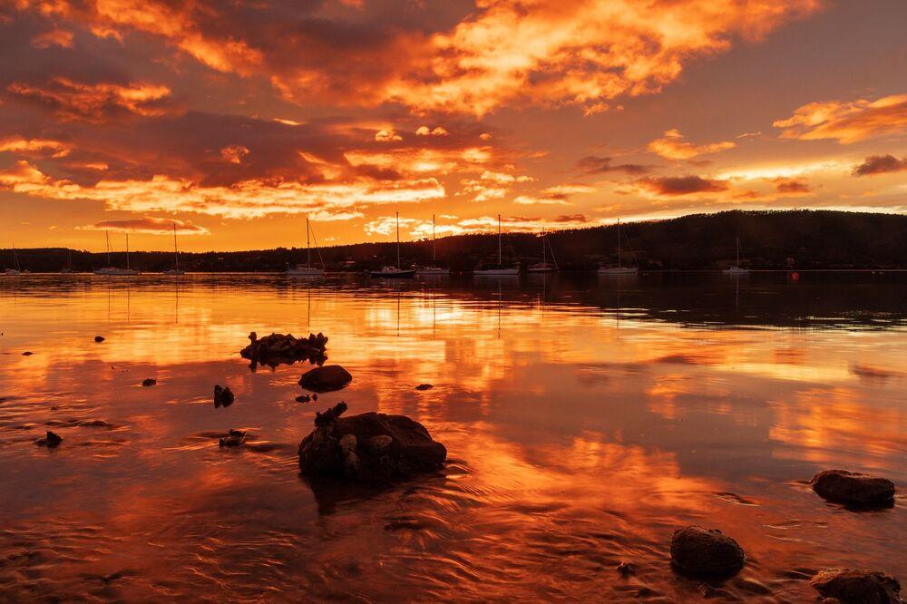 Tazmanya veya yerel halkın dediği Tassie,  bozulmamış doğal ortamıyla turistlerin Avustralya'daki en gözde yerlerinden biri olma yolunda hızla ilerliyor. Tazmanya'nın yaklaşık yüzde 37'si milli parklar, rezervler ve Dünya Miras Alanları'ndan oluşmaktadır. Doğu sahili boyunca denize bakan nefes kesici Freycinet Yarımadası,  Freycinet Ulusal Parkı, masmavi koyları ve granit dağlarla kaplı beyaz kumlu plajlarla çevrili bir cennet olarak görülüyor.