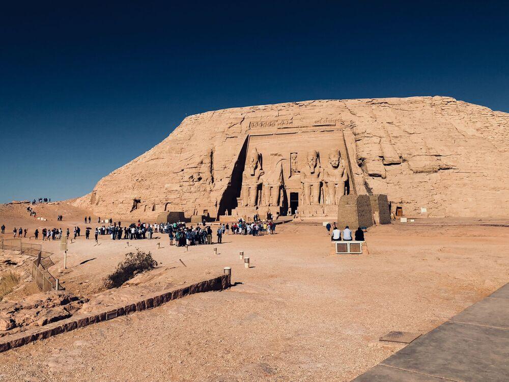Kuzey Afrika'nın en büyük nüfuslu ülkesi Mısır, büyüleyici Akdeniz ve Kızıldeniz kıyıları, ortasından geçen Nil Nehri, eşsiz piramitleri ve 7000 yıllık geçmişiyle dünyanın dört bir yanından turistlerin ilgisini çekmektedir.  Fotoğrafta: Antik Mısır Uygarlığının en önemli arkeolojik anıtları arasında yer alan Abu Simbel Tapınağı, Sudan sınırına yakın Nasser Gölü kıyısında bulunuyor. Dağın içi oyularak 20 yılda yapılan büyük tapınağın kapısında  devasa Ramses heykelleri yer alıyor. Abu Simbel Tapınağı, kayaya oyulmuş, tek parça blok tapınak olarak eşsiz bir yapı kabul ediliyor.