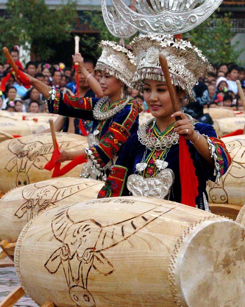 Doğal ortamının güzelliği ile tanınan Guizhou, Çin'in en fazla dünya mirasına ev sahipliği yapan eyaleti konumundadır. Eyaletteki Libo Karstı, Chishui Danxia Bölgesi, Shibing Karstı ve Fanjing Dağı UNESCO'nun Dünya Mirasları Listesine dâhil edilen 4 bölgeyi teşkil ediyor.  Fotoğrafta: Guizhou eyaletinde yaşayan etnik gruplardan biri olan Miao halkı,  Yılbaşı kutlamaları sırasında.