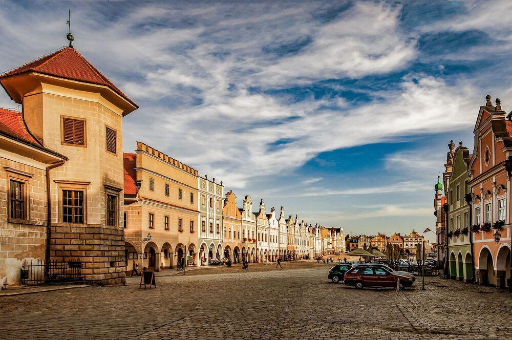 Çek Cumhuriyeti'nin Telč kenti, Moravya'nın güneybatı ucunda, Jihlava yakınlarında bulunur. İngiliz tarzı parkı ile 17. yüzyıl Rönesans şatosunun yanı sıra, en önemli görülecek yerleri olan, kent meydanı, eğlenceli yerleri ve iyi korunmuş Rönesans ve uzunlamasına Barok evleri ile kent eşsiz görünümündedir. 1992 yılında, balık göletleri ve şehir kapılarıyla çevrili kentin tarihi merkezi, yüzyıllar boyu benzersiz şeklini koruduğu için, UNESCO Listesinde yer almış ve bunun sonucunda ilginin artması dünyanın her yerinden gelen turistlerin uğrak yeri haline gelmiştir.