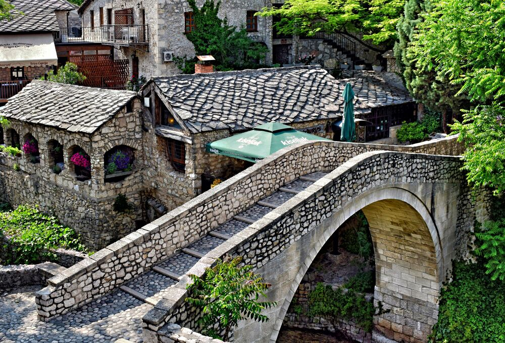 Balkanların en duygusal durağı, Bosna Hersek'in Mostar şehri, tarihi gezi yapmak isteyenler için en doğru adreslerden biri. Mostar Köprüsü altında akan Neretva Nehri'nin yeşilliği içinde büyülenmek, şehrin kurşun izi dolu binalarını gördükçe de savaşın acımasızlığını anlamak bu seyahati farklı kılıyor.