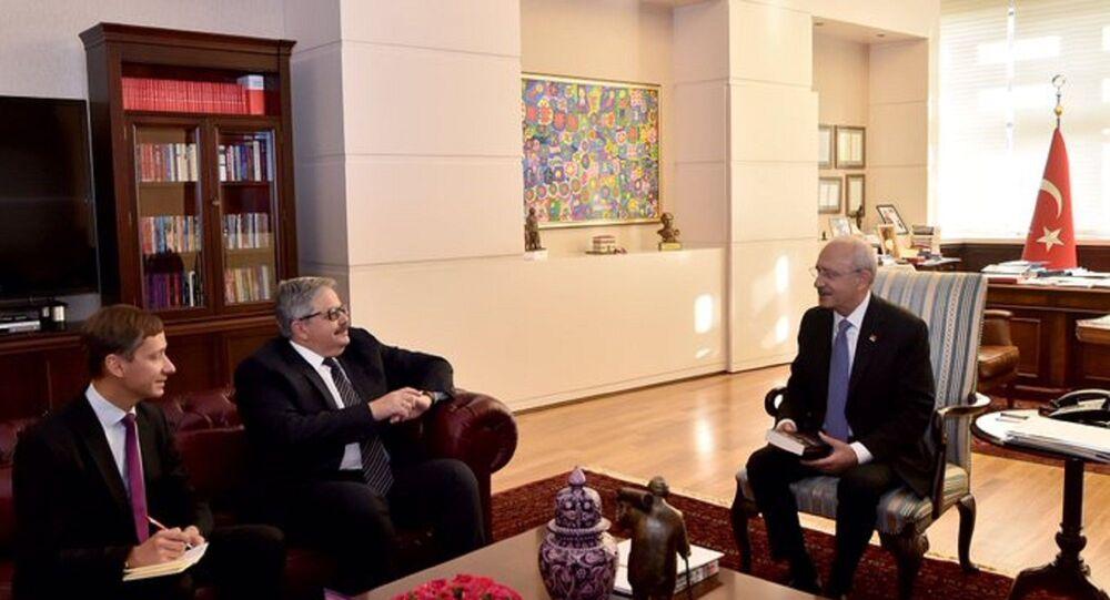 CHP lideri Kılıçdaroğlu, kendisine sürpriz bir ziyarette bulunan Yerhov'u, parti genel merkezindeki makamında kabul etti.
