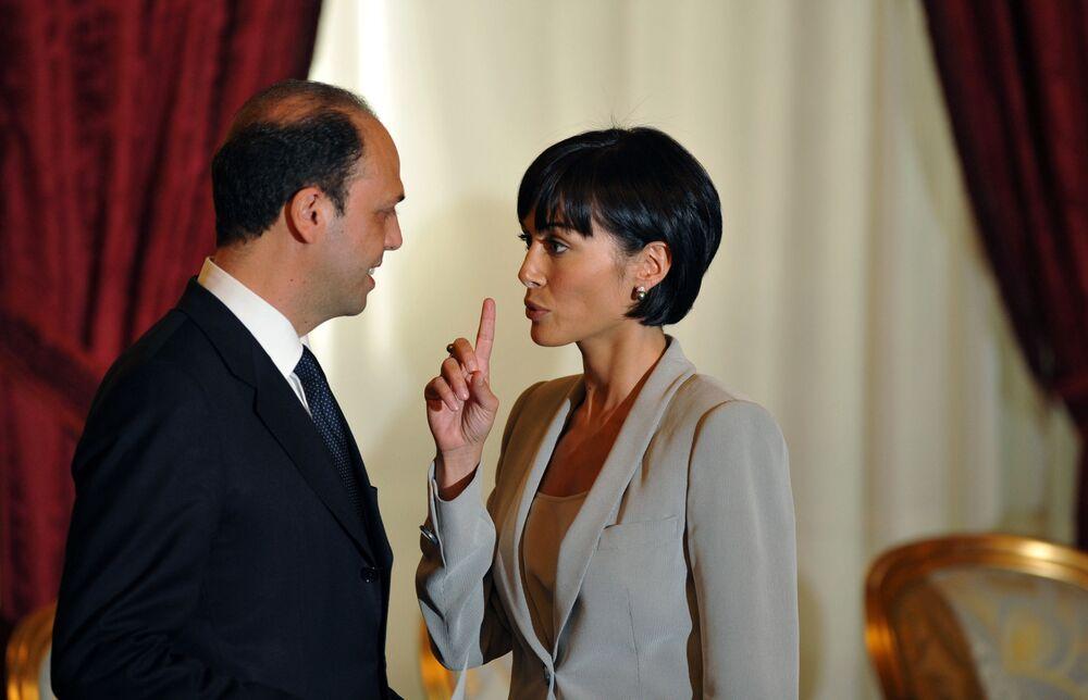 1997 yılında İtalya Güzeli Yarışması'na katılarak Sinema Güzeli unvanını kazanan Mara Carfagna, 2006'da İtalya parlamentosuna girdi, 2008'de ise Eşit Fırsatlardan Sorumlu Devlet Bakanı olarak atandı.