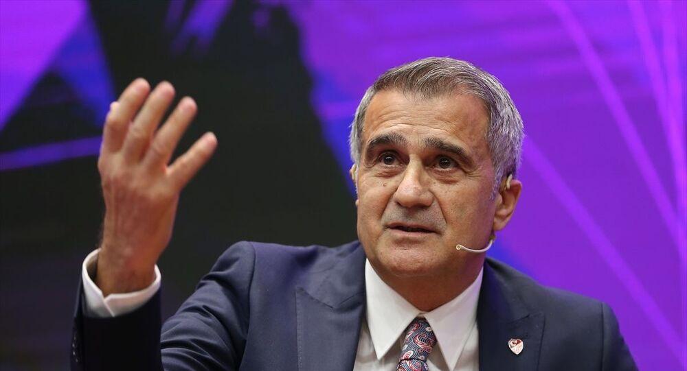 A Milli Takım Teknik Direktörü Şenol Güneş, Sabah gazetesi tarafından Borsa İstanbul Yerleşkesi'nde düzenlenen Uluslararası Futbol Ekonomisi Forumu'na katılarak Bir Teknik Adam Gözüyle Türk Futbolunun Finansal Yapısı Bakış başlıklı oturumda konuşma yaptı.