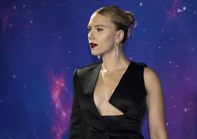 BAFTA ödülü sahibi Danimarka asıllı Amerikalı oyuncu Scarlett Johansson 14 yaşındaki başlayan kariyerinde Atlara Fısıldayan Adam filmindeki rolü ile çıkış yaptı.