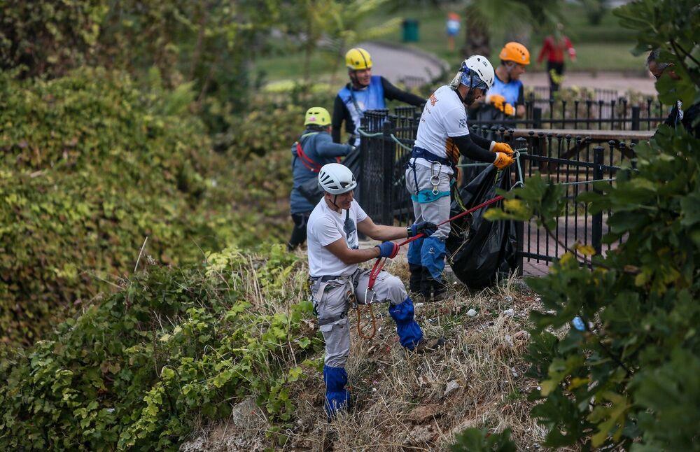 Türkiye Dağcılık Federasyonu Dağcılık ve Spor Antrenörü aynı zamanda TODOSK Sporcusu Hasan Altuntaş'ın organizasyonuyla bir araya gelen gönüllüler, kurulan ip platformların yardımıyla 40 metre yükseklikteki falezleri baştan aşağı temizledi.