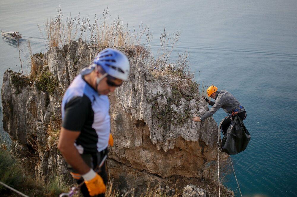 Etkinliğe Antalya'da yaşayan Rus kadınlar da katıldı. Profesyonel dağcılara karadan destek veren Ruslar, falezlerin temizlenmesine katkıda bulundu. Temizlik çalışmaları denizden de yapıldı.