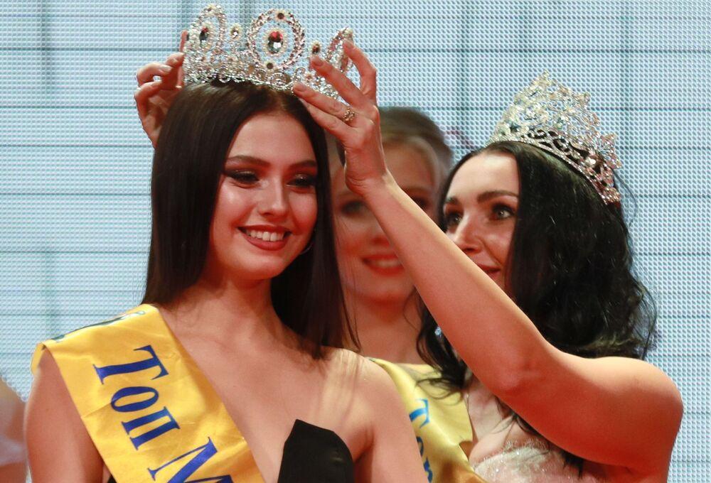 Rusya Top-Model 2019 unvanının sahibi Polina İvanova oldu.