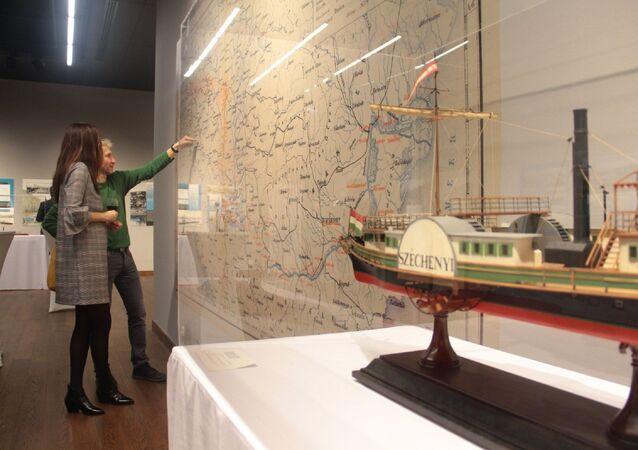 """İstanbul'daki Macar Kültür Merkezi ile Macar Teknik ve Ulaşım Müzesi tarafından düzenlenen sempozyumda, buharlı gemilerin 19. yüzyılda İstanbul ile Budapeşte arasındaki seyahatleri ele alındı. Sempozyum kapsamında ayrıca """"Doğu'ya Açılmak"""" adlı sergi açıldı."""