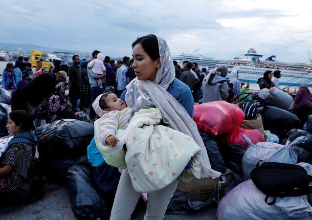 Yunanistan'ın Midilli Adası'ndan feribotla Pire limanına getirilen sığınmacılar