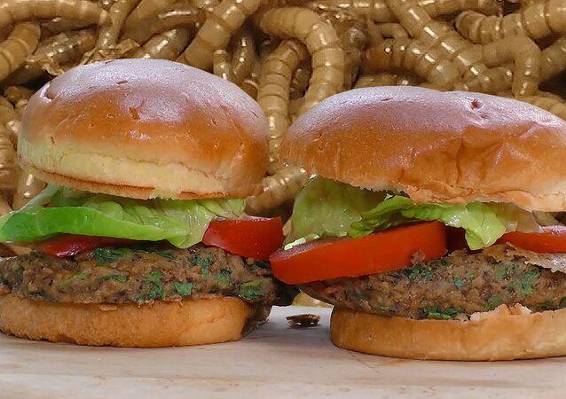 Londralı aşçı böceklerden hamburger yapıyor