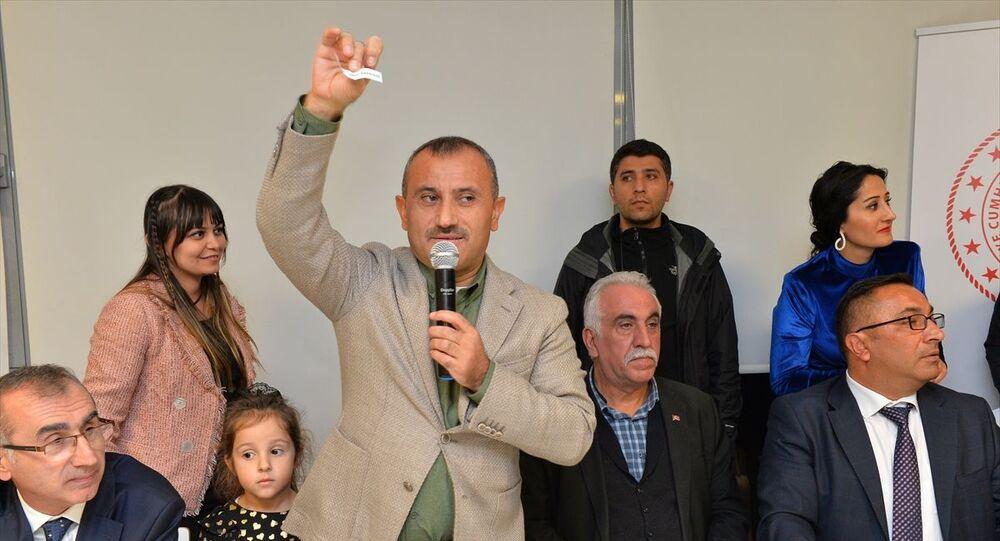 Tunceli Valisi Tuncay Sonel, 24 Kasım Öğretmenler Günü dolayısıyla düzenlediği programda 24 öğretmene biner lira ödül, 24 öğretmene de 4 gün 5 gece Barcelona tatili hediye etti.